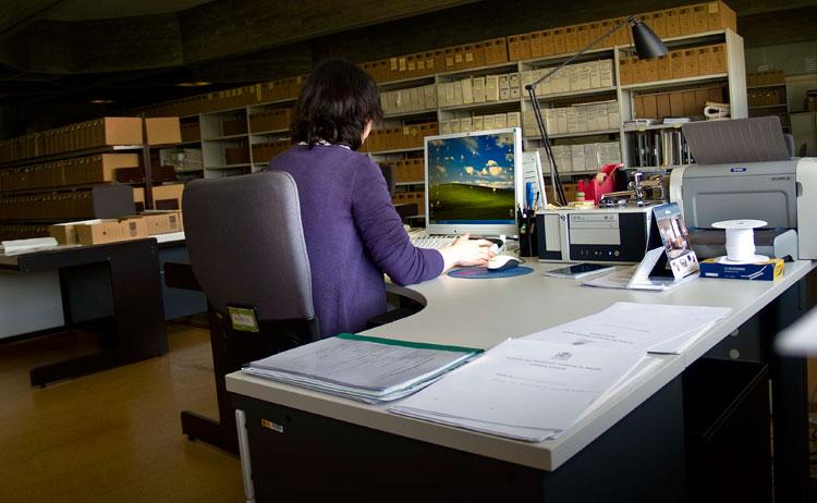 Restaurador documentándose- Foto IPCE