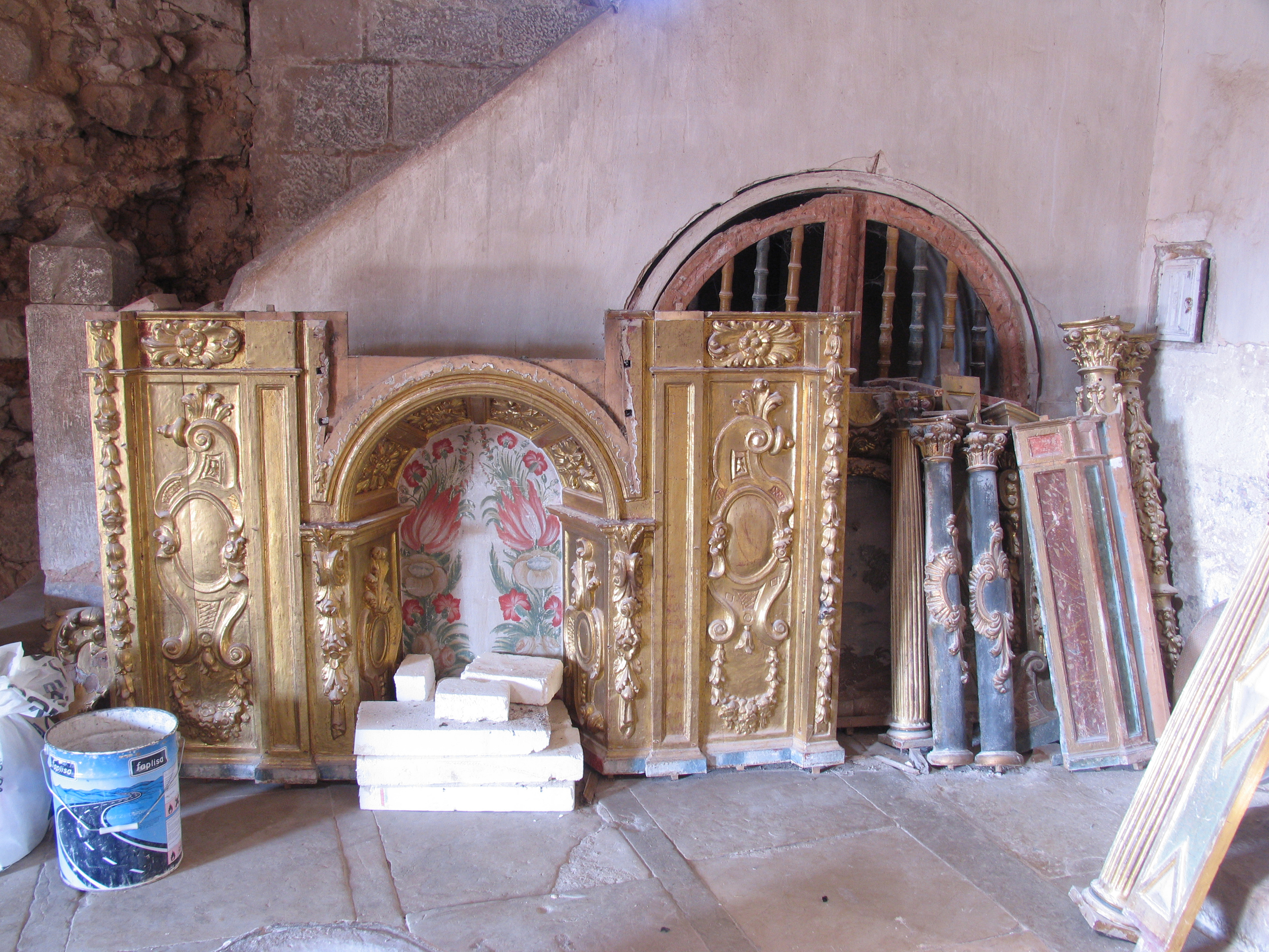 Vega del Bur. Retablo desmontado al fondo de la iglesia, esperando tiempos mejores.