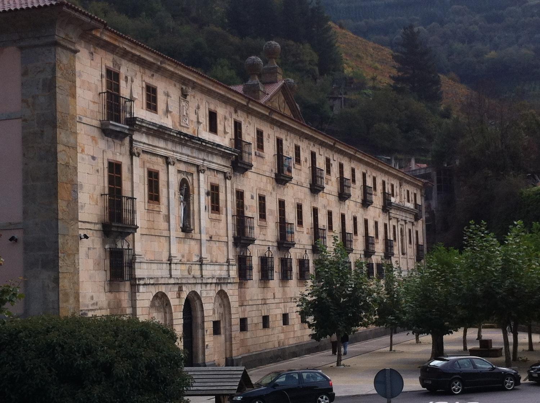 Vista de la fachada principal del Monasterio de Corias