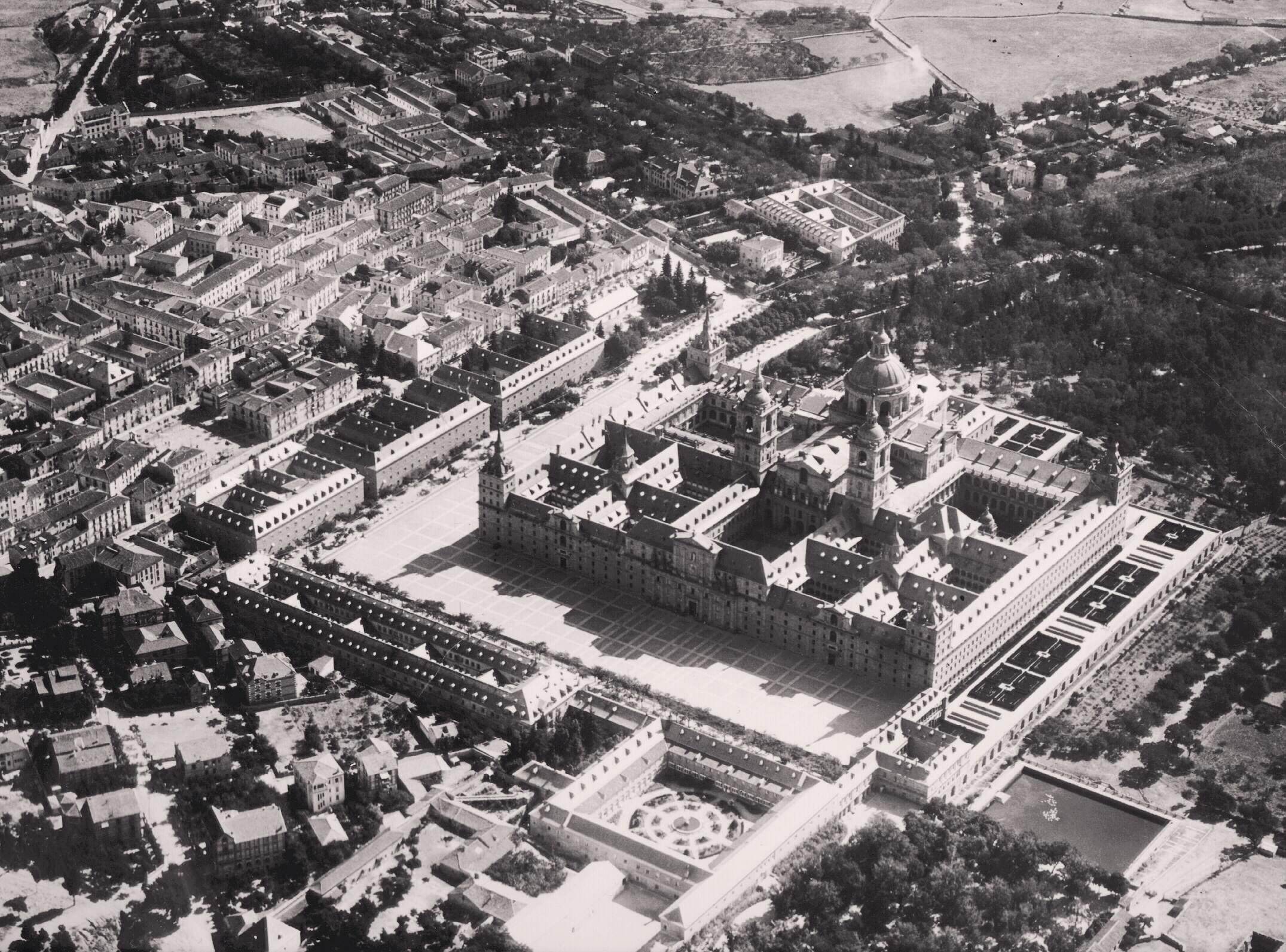 Vista aérea del Monasterio de El escorial en donde se aprecian a la perfección las tres Casas de Oficios y la Casa de Infantes. 1929.