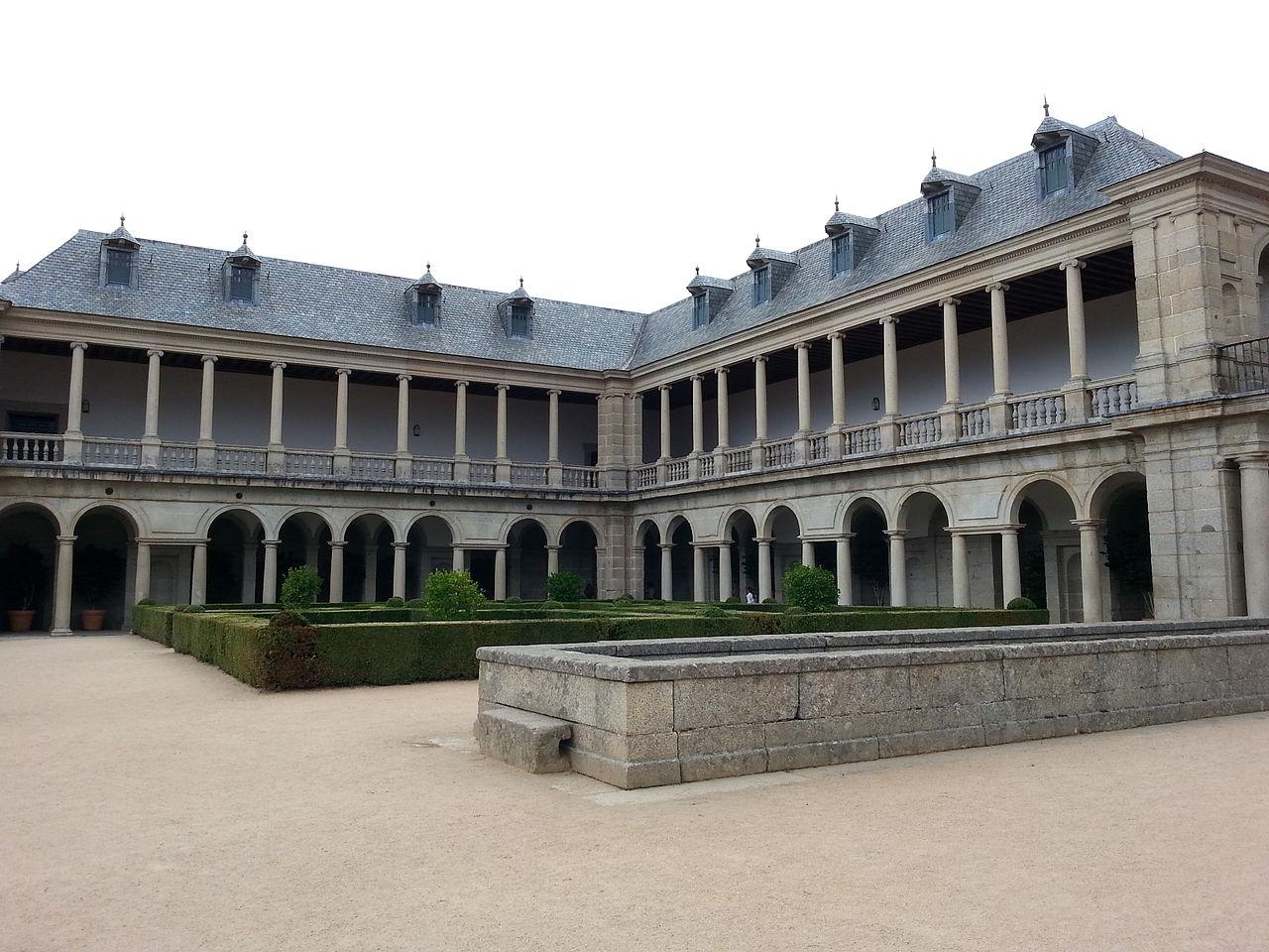 El entorno arquitectónico de El Escorial: la Casa de la Compaña, los corredores del Sol y la Botica