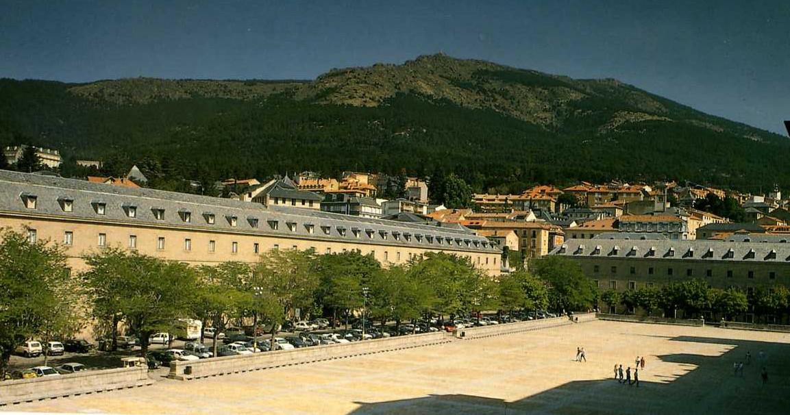 Vista de la Casa de Infantes, a la izquierda, y de Ministerios, a la derecha.