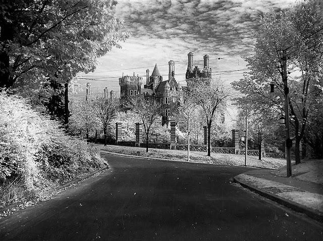 Vista de Casa Loma hacia 1930.
