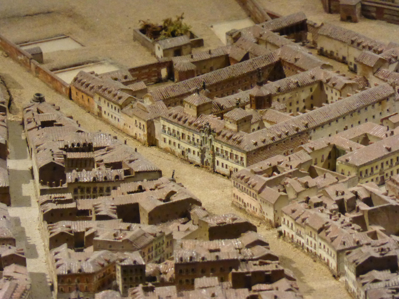 León Gil de Palacios: Maqueta de Madrid en donde se aprecia el antiguo Hospicio de la calle Fuencarral, a su lado las casas donde se estableció la Real Fábrica de Relojes.