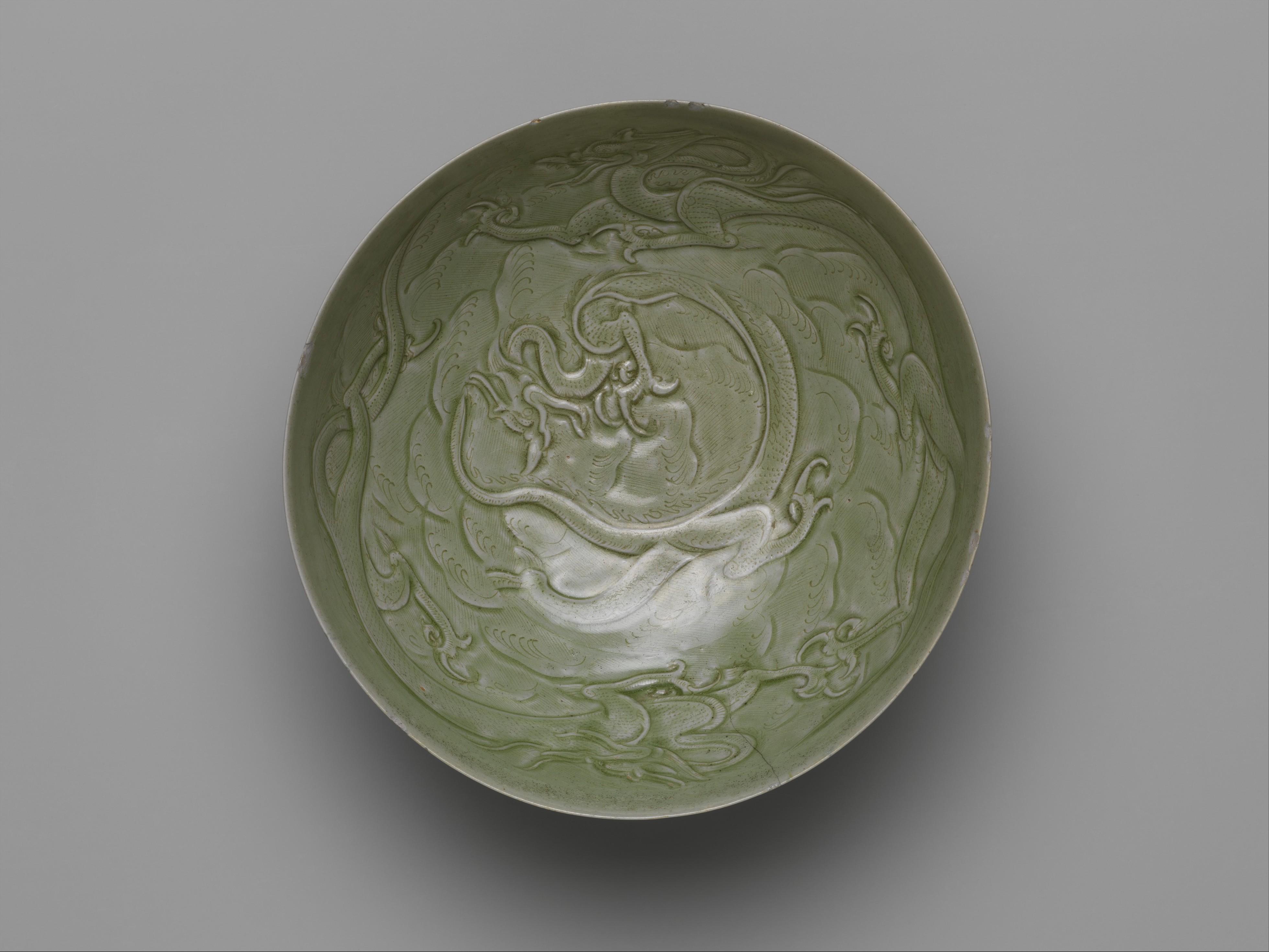 Cuenco de Dragones entre olas, siglo X. Metropolitan Museum New York.