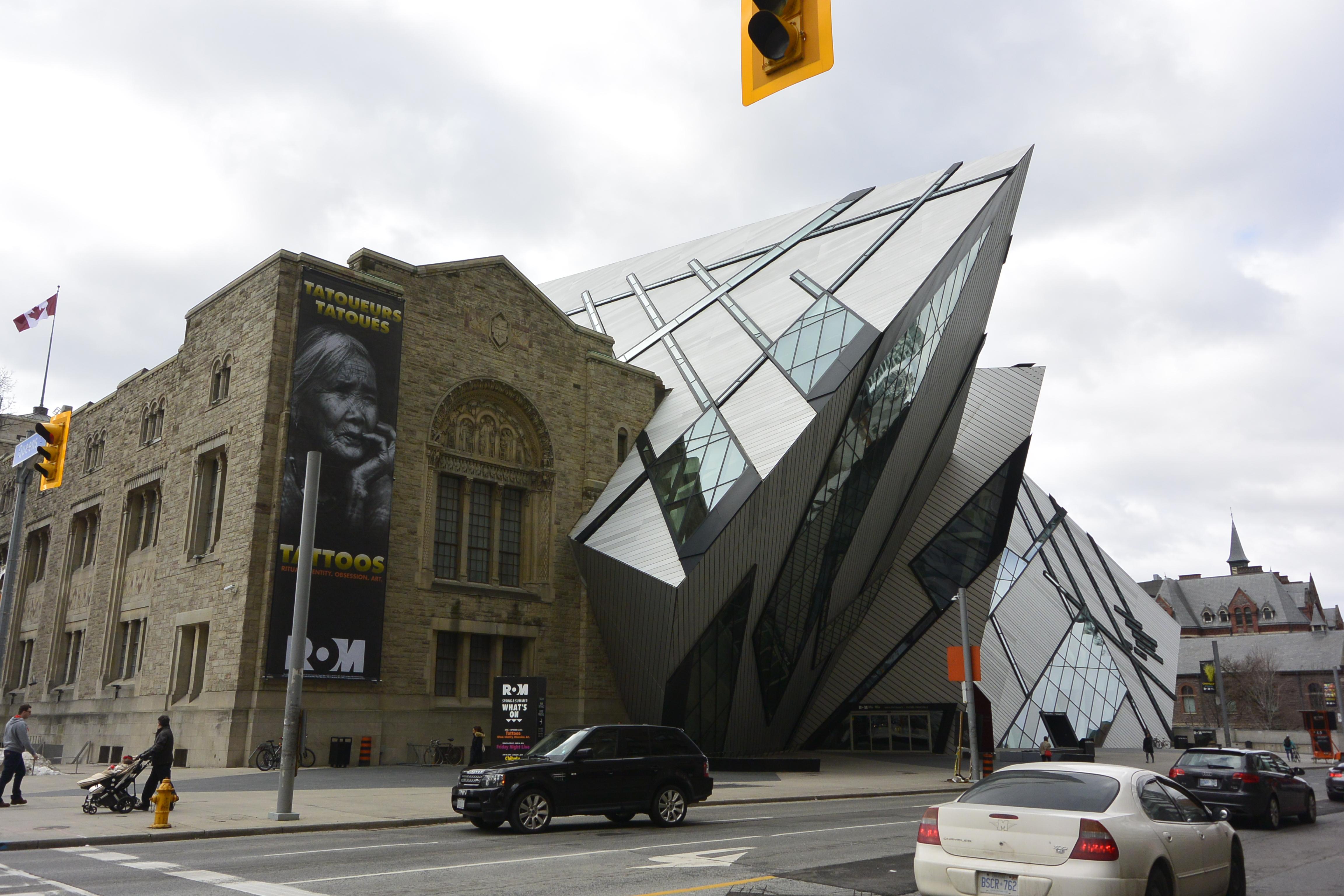 Fachada tras la ampliación del Royal Ontario Museum, Toronto.