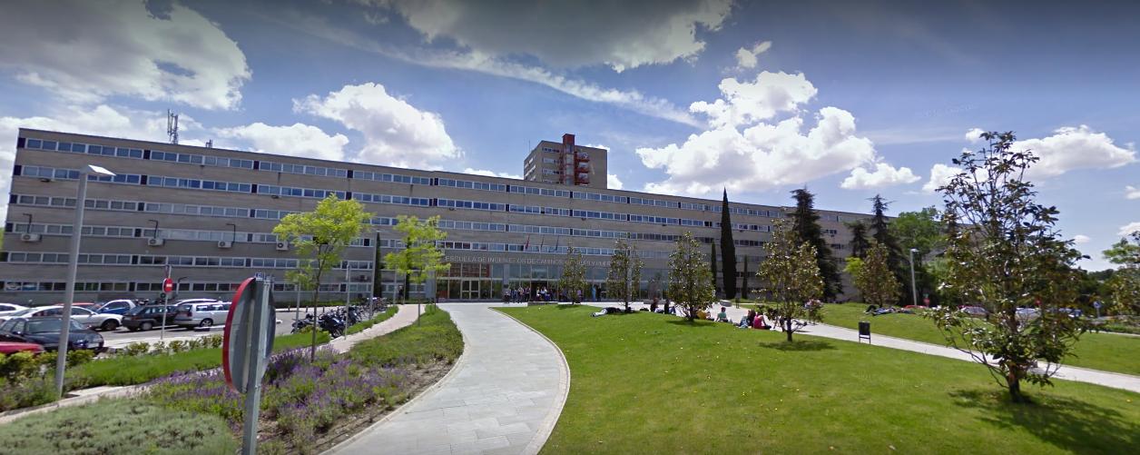 Vista de la Escuela de Ingenieros de Caminos, Canales y Puertos en el Campus de la Universidad Complutense de Madrid.