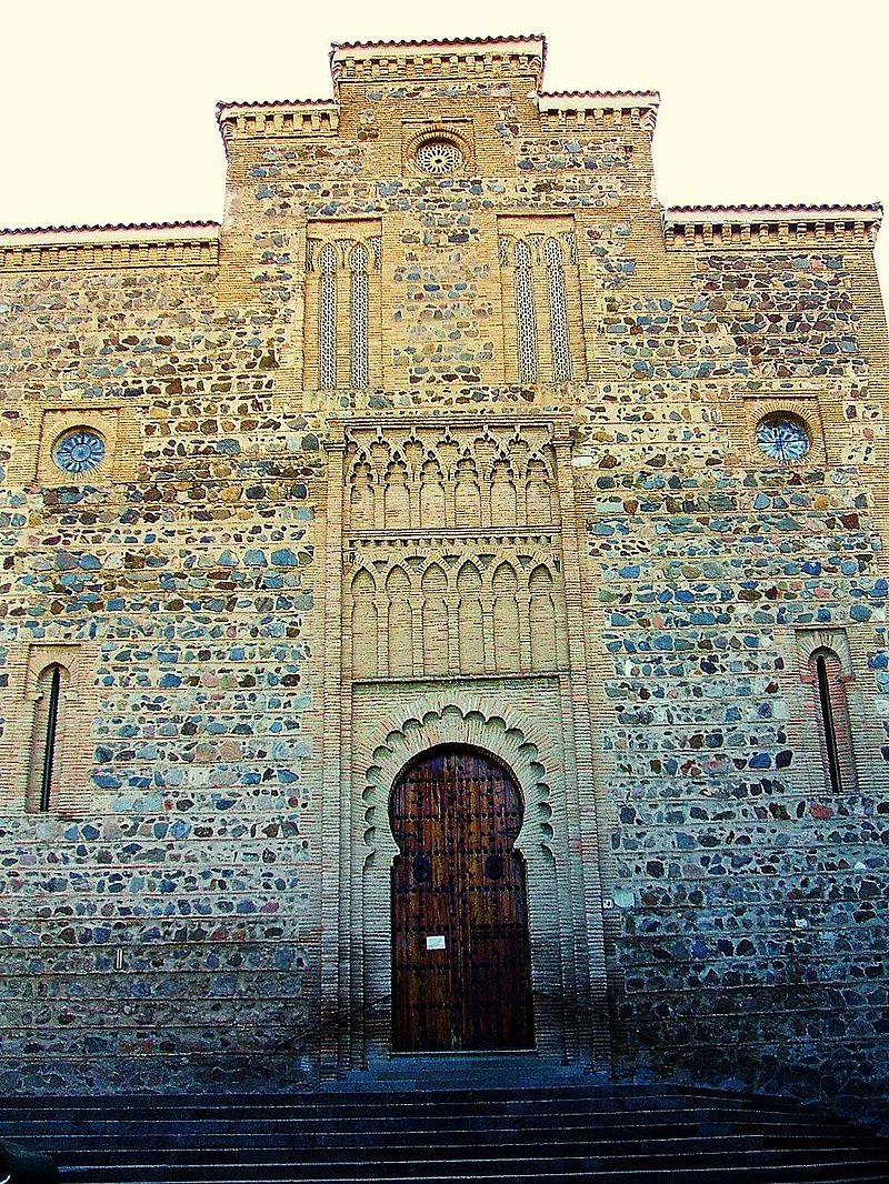 Imagen de una de las fachadas laterales de Santiago del Arrabal. Foto: Wikimedia Commons.