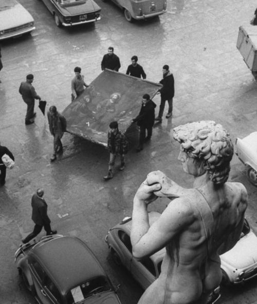"""El aluvión en Florencia de 1966 y los """"ángeles"""" salvadores del Renacimiento"""