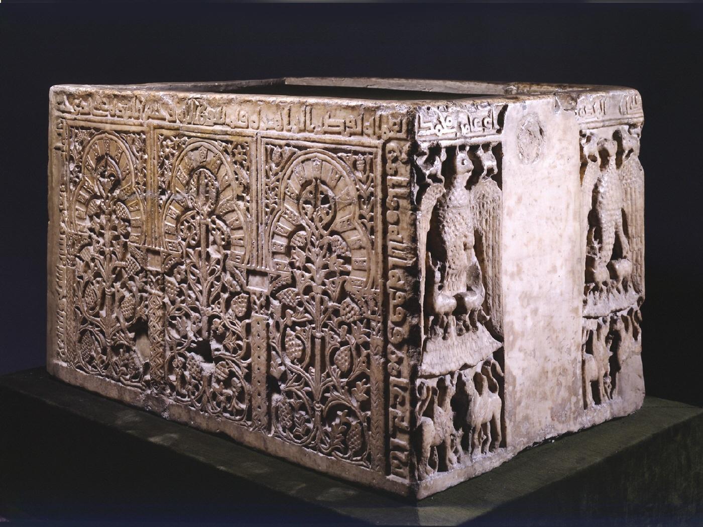 Influencias del Oriente Próximo Antiguo en la pila de Almanzor